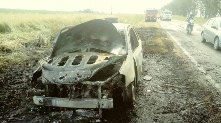 Se prendió fuego un auto en R9