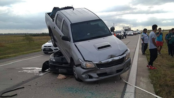 Se metió abajo de una camioneta en la Autopista: gran embotellamiento
