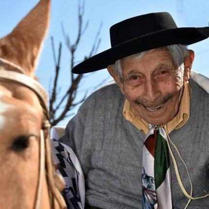 A caballo llegó a festejar su cumpleaños 100