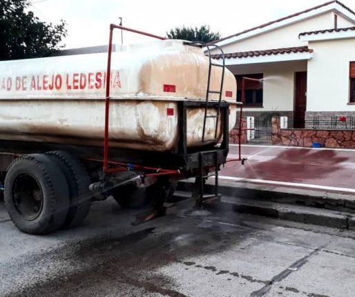 Localidades vecinas se cuidan del coronavirus desinfectando calles, autos y camiones