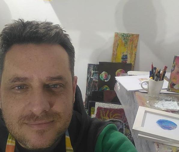 Pedro Wallace pinta y vende sus cuadros en internet
